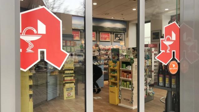 """Hereinspaziert: Künftig werden sich Apotheken auch digital mit einer einladenden """"Eingangstür"""" schmücken müssen, meint Christian Ruß von der NGDA. (Foto: imago images / Sven Simon)"""