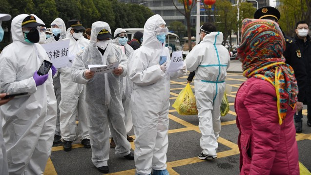 Die erste Gruppe von 28 Patienten, die sich von der neuartigen Coronavirus-Pneumonie erholt haben sollen, wurde am Dienstagnachmittag aus einem in eine Sporthalle umgebauten Behelfskrankenhaus in Wuhan, dem Epizentrum des Coronavirus-Ausbruchs in der zentralchinesischen Provinz Hubei, entlassen. ( r / Foto: imago images / Xinhua)