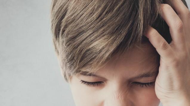 """Die Expertengruppe des G-BA hält aufgrund der Datenlage weder Amitriptylin noch Topiramat zur Migräneprophylaxe für Kinder und Jugendliche geeignet. Es müsse sogar """"für beide Substanzen ein negatives Nutzen-Risiko-Verhältnis konstatiert werden"""". (b/Foto: Mirrorstudio / AdobeStock)"""