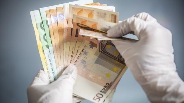 Maximal 1.500 Euro Coronabonus dürfen Apotheker ihren Mitarbeitern bezahlen. Dann ist die Sonderzahlung steuerfrei. (x / Foto: catwalkphotos / stock.adobe.com)