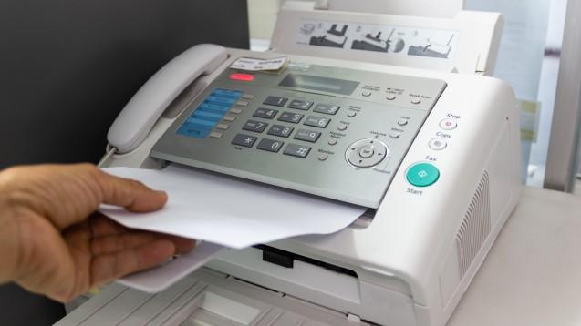 Geht es nach der NGDA muss bald keine Betriebserlaubnis mehr an Lieferanten gefaxt werden. Die Prüfung kann digital erfolgen. Foto:piyaphunjun/AdobeStock)