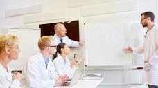 Man sollte lieber an der Aufklärung der Ärzte arbeiten, um Biosimilars zu stärken, finden Dr. Ilse Zündorf und Professor Theo Dingermann. ( r / Foto: Robert Kneschke/stock.adobe.com)