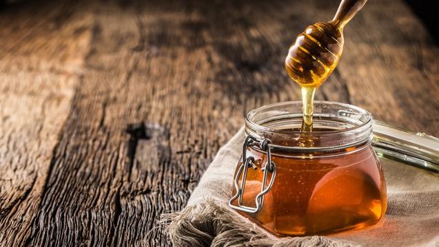 Honig lässt sich nicht nur auf Brot und Brötchen oder als Süßungsmittel für Müsli und Tee genießen, sondern auch zum Kochen und Backen verwenden. Zudem wird Honig zur antibakteriellen Wundbehandlung eingesetzt. (p / Foto: weyo / stock.adobe.com)
