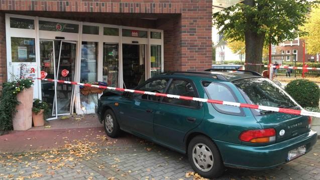 Der Schock saß am gestrigen Dienstag tief, als diese Autofahrt abrupt im Eingang einer Apotheke endete. (Foto: Carsten Goebel / privat)