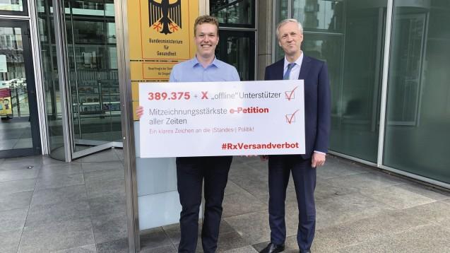 Vor gut drei Wochen hatte Benedikt Bühler symbolisch die Unterschriften der Petition für ein Rx-Versandverbot übergeben, viele Apotheken hatten aber auch direkt an das BMG gefaxt oder gemailt. Sie sollen nun die Listen im Original nachreichen. (m / Foto: PTAheute.de)