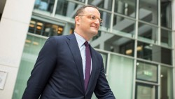 """Bundesgesundheitsminister Jens Spahn (CDU) hat mit dem Entwurf zum """"Gesetz für mehr Sicherheit in der Arzneimittelversorgung"""" (GSAV) das erste Gesetz im Arzneimittelbereich vorgelegt und will damit insbesondere auf die Arzneimittelskandale im Sommer dieses Jahres reagieren. (m / Foto: imago)"""