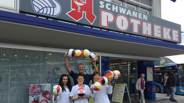 Wolfgang Richter verkauft in seiner Apotheke EM-Fußbälle für einen guten Zweck. (Foto: Solinger Morgenpost)
