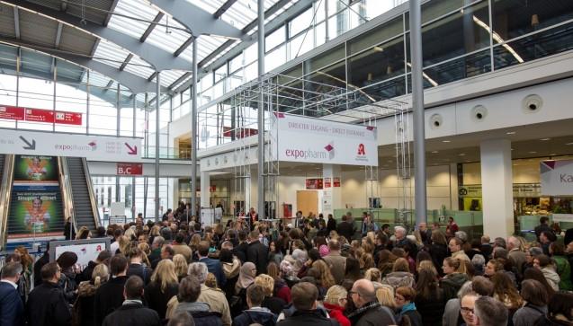 Am Eingang staute es sich, die Besucher mussten warten, bevor sie die Messe betreten konnten. (Foto: Schelbert)