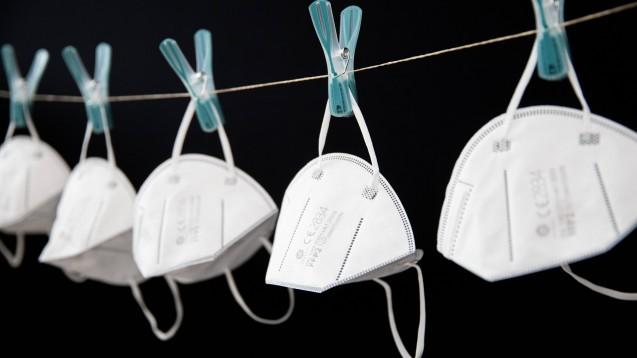 Laut einer neuen offiziellen Handlungsempfehlung darf man zur Wiederaufbereitung von FFP2-Masken eine Wäscheleine spannen und die Masken dort mit genügend Abstand zueinander mit Klammern aufhängen. Jede einzelne Maske muss dort dann aber sieben Tage belassen werden. (Foto: imago images / photonews.at)