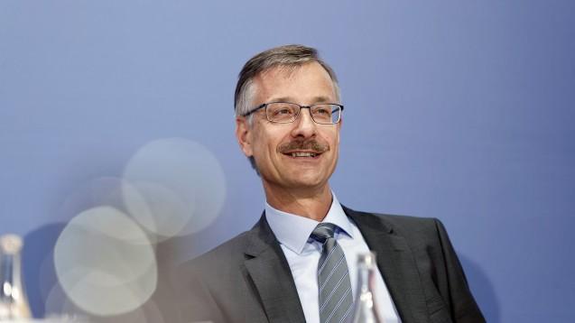 Dr. Sebastian Schmitz, Hauptgeschäftsführer der ABDA, betont in seinem Bericht die großen Leistungen der Apothekenteams während der Pandemie. (c / Foto: imago images / Jürgen Heinrich)