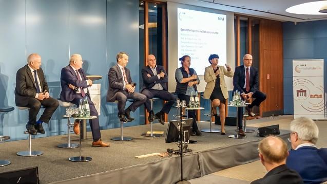 Die Runde bei politischen Diskussion beim DAV-Wirtschaftsforum (von l.n.r.): Kiefer (BAK), Becker (DAV), Hennrich (CDU), Franke (SPD), Gabelmann(Linke), Aschenberg-Dugnus (FDP) und Schneider (AfD). (Foto:bro)