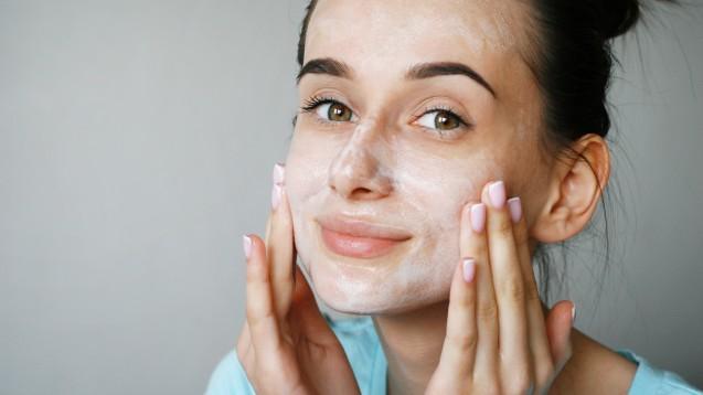 Enthalten sie bedenkliche Inhaltsstoffe, wie allergieauslösende Duftstoffe? Ökotest hat Reinigungsmilch für das Gesicht untersucht.(m / Foto: Angelina / stock.adobe.com)