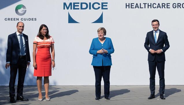 Kanzlerin Merkel (m.) mit Gesellschafter Richard Ammer, Katja Pütter-Ammer, sowie Paul Ziemiak, Generalsekretär der CDU (v.l.n.r.) (Foto: dpa)
