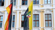 Im Magdeburger Landtag regiert weiterhin eine Koalition unter CDU-Ministerpräsident Reiner Haseloff. Nicht mehr dabei sind die Grünen – dafür aber die FDP. (b/Foto: IMAGO / Jan Huebner)