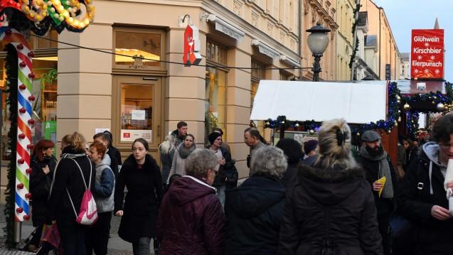 Unbekannte erpressen den Paketdienst DHL - am Freitagnachmittag war in einer Potsdamer Apotheke auf dem Weihnachtsmarkt eine Paketbombe abgegeben worden. (Foto: dpa)