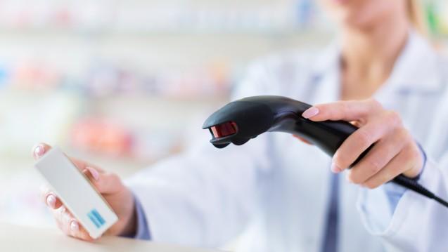 Derzeit sind die Preise für verschreibungspflichtige Arzneimittel in jeder deutschen Apotheke gleich. Niederländische Versandapotheken dürfen billiger sein. Wie soll man hierauf am besten reagieren? (Foto: pikselstock / Fotolia)
