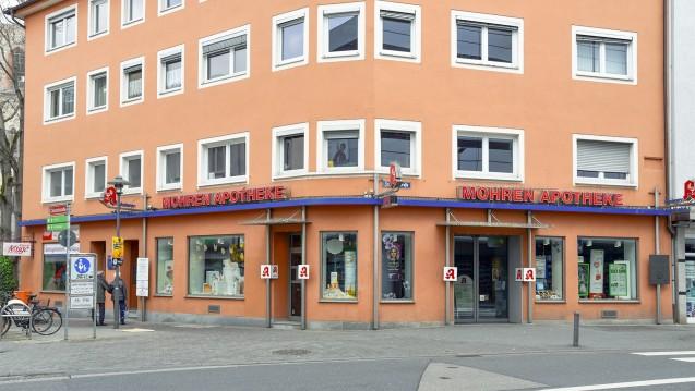 Auch wenn sich das Logo der Mohren-Apotheke in Mainz geändert hat - der Name bleibt bestehen. Inhaberin Barbara Mann findet, dass die Apothekerschaft vor größeren Problemen als einer Namensdebatte steht. (Foto: Mohren-Apotheke, Mainz)