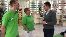 Der CDU-Politiker Tino Sorge (re.) im Gespräch mit Sabine Kuberski und David Alkewitz in der Schloss-Apotheke in Calbe. (m / Foto: Katrin Pohl)