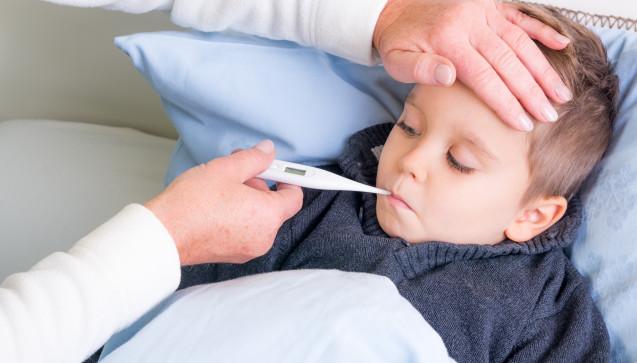 F wie Fieber: Erwachsene Erkältungspatienten haben meist nur eine leicht erhöhte Temperatur. Bei Kindern ist Fieber dagegen ein häufiges Erkältungssymptom. (Foto: Picture-Factory / stock.adobe.com)