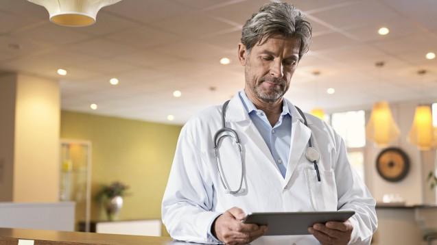 """Der Dienst """"meinRezept.online"""" ermöglicht es Ärzten, elektronische Verordnungen auszustellen. Die Apotheker müssen diese für die Abrechnung jedoch ausdrucken. (s / Foto: imago images / Westend61)"""