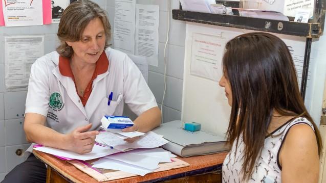 Die Apotheke in dem Gesundheitszentrum eines Elendsviertels von Buenos Aires ist bescheidener ausgestattet, als eine deutsche Offizin. Apothekerin Dr. Carina Vetye ist seit 16 Jahren in Argentinien tätig und eng mit den Menschen vor Ort verbunden. (AoG)