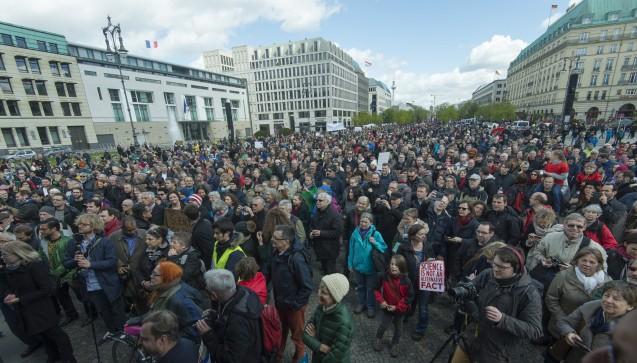 """Vor dem Brandenburger Tor endete der March for Science Berlin mit dem Lied """"Die Gedanken sind frei"""". (Foto:Bernd Wannenmacher,CC-BY-4.0)"""