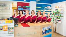 Für einen guten Zweck haben Mitarbeiterinnen der St.-Michaels-Apotheke in Schwabhausen einen besonderen Kalender für 2022 erstellt. (b/Foto: Rainer Kirchner/St.-Michaels-Apotheke)