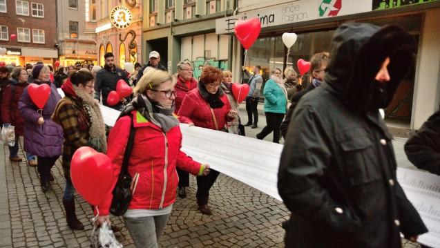 In Bottrop trugen Demonstranten Listen mit Namen von Patienten durch die Stadt, die womöglich von dem Fall betroffen sind. Die Apotheke hat inzwischen eine neue Betreiberin. (Foto: hfd / DAZ.online)