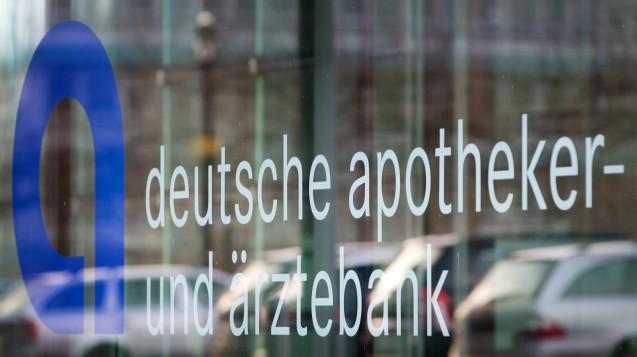 Apobank-Aktionäre erhalten weiterhin 4 Prozent Dividende, darunter viele Apotheker. (Foto:dpa)