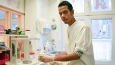 Muhammad Alhussain hat unter anderem ein Praktikum in der Sonnen-Apotheke in Rendsburg absolviert. (Foto:Trautrims)