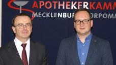Der wiedergewählte Kammerpräsident Dr. Dr. Georg Engel (links) und der neu gewählte Vizepräsident Marco Bubnick unmittelbar nach der Wahl bei der Kammerversammlung der Apothekerkammer Mecklenburg-Vorpommern. ( r / Foto: tmb)