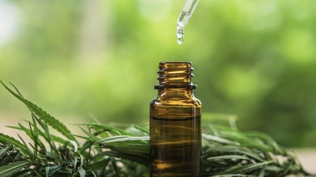 Cannabidiol-haltige Öle und Extrakte erfreuen sich großer Beliebtheit. Wird die Europäische Kommission das Phytocannabinoid als Betäubungsmittel einstufen? (c / Foto: lovelyday12 / stock.adobe.com)