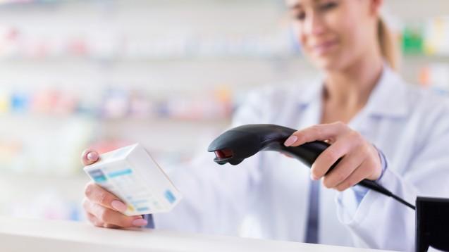 Ab 1. Februar 2019 muss der neue Data-Matrix-Code auf Arzneimittelpackungen in der Apotheke gescannt werden. (Foto: Pikselstock / stock.adobe.com)