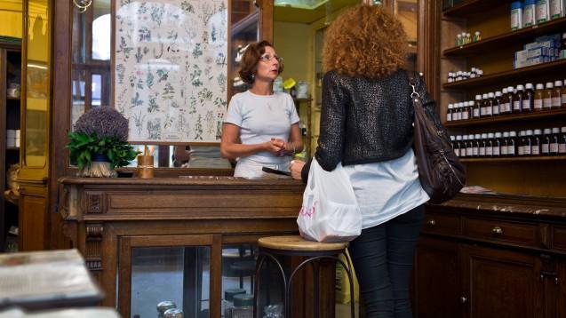Apotheker in England, Frankreich und Italien (hier ein Symbolbild aus Frankreich) haben sehr viel genauere Anweisungen und Instruktionen, wie sie sich während der Corona-Krise verhalten sollen, als die deutschen Apotheker. (Foto: imago images / Le Pictorium)