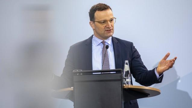 """Minister Jens Spahn: """"Auslandsreisen in Risikogebiete passen nicht zur Pandemielage. Wer trotzdem darauf nicht verzichten will, muss sich künftig bei seiner Rückkehr testen lassen."""" (Foto: imago images / Christian Thiel)"""
