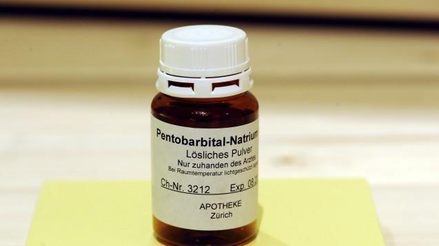 """Ein Fläschchen mit Na-Pentobarbital, das zum Beispiel von der schweizerischen Vereinigung """"Dignitas"""" zur Selbsttötung verwendet. (Foto: picture alliance)"""