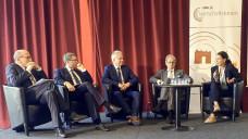 Moderator Elmar Esser, TK-Chef Thomas Ballast, DAV-Vize Hans-Peter Hubmann, KBV-Chef Andreas Gassen und Miriam Walther von der Selbsthilfeorganisation NAKOS (v. li. n. re.) sprachen über die Digitalisierung. (Foto: DAZ)
