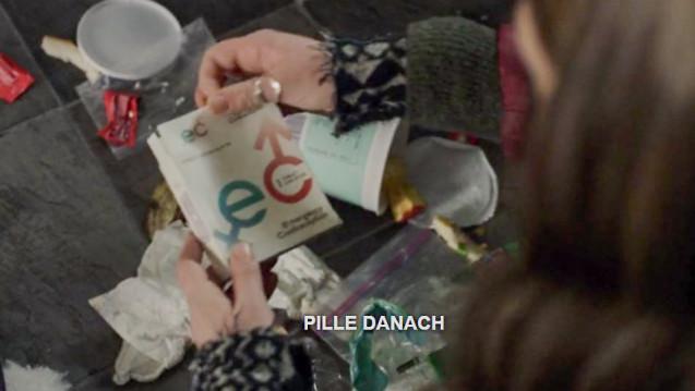 """Sara sucht im Müll und wird fündig: die Umverpackung der """"Pille danach"""" (Emergency contraception = EC). (Screenshot: Netflix)"""