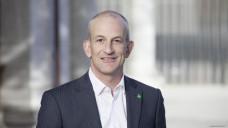 Freund und Leid eng beieinander: Fabian Vaucher, Präsident des Schweizer Apothekerverbandes, kommentiert ein neues Gesetz, nach dem ca. 600 OTC-Präparate aus der Apothekenpflicht entlassen werden, durch das die Apotheker aber gleichzeitig mehr Kompetenzen bekommen. (Foto: Pharmasuisse)