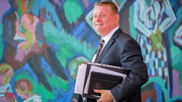 Viel zu lesen: Bundesgesundheitsminister Hermann Gröhe (CDU) liegen nun zahlreiche Stellungnahmen zum Rx-Versandverbot vor. Die meisten Fachverbände sind gegen das Verbot. (Foto: dpa)