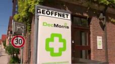In einem TV-Beitrag zieht der Südwestdeutsche Rundfunk die Geschichte um den DocMorris-Automaten ins Lustige. Dabei wäre der Verlust der Apothekenpflicht alles andere als lustig, meint DAZ.online-Chefredakteur Benjamin Rohrer in einem Kommentar. (Screeshot: DAZ.online)