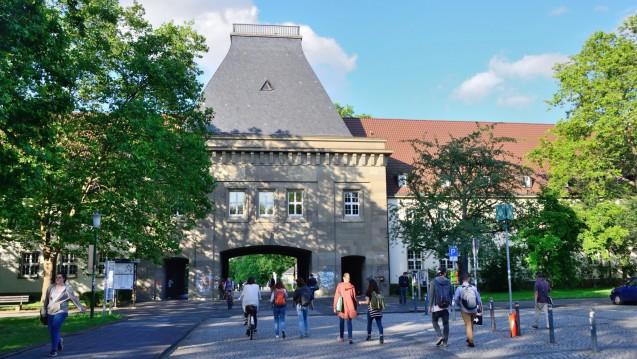 Im Halbschatten: Die Universität Mainz gewährte am Montag Journalisten Einblick in ihre Verträge mit der Boehringer Ingelheim Stiftung– und räumte Fehler ein. (Foto: hfd / DAZ.online)