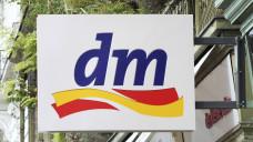 Die Drogeriekette dm fordert neben Douglas und Rossmann, dass Ebay und Amazon schärfer kontrolliert werden. (Foto: imago)