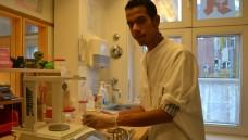 Muhammad Alhussain hat unter anderem ein Praktikum in der Sonnen-Apotheke in Rendsburg absolviert. (Foto: Trautrims)