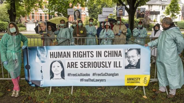Am Mittwoch protestierten Demonstranten vor der chinesischen Botschaft in Brüssel für die Freilassung des Friedensnobelpreisträgers Liu Xiaobo. (Foto:picture alliance/Wiktor Dabkowski)