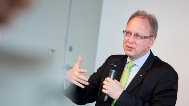 Max Wellan,Präsident der österreichischen Apothekerkammer, sagt seinen deutschen Apothekerkollegen Unterstützung zu. (Foto: Schelbert/daz)