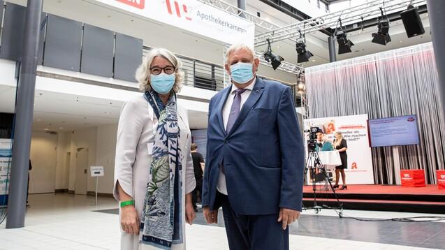 Die Präsidentin der AKWL, Gabriele Regina Overwiening (links), begrüßte beim Westfälisch-Lippischen Apothekertag (WLAT)den nordrhein-westfälische Gesundheitsminister Karl Josef Laumann (CDU).(Foto: Leßmann)