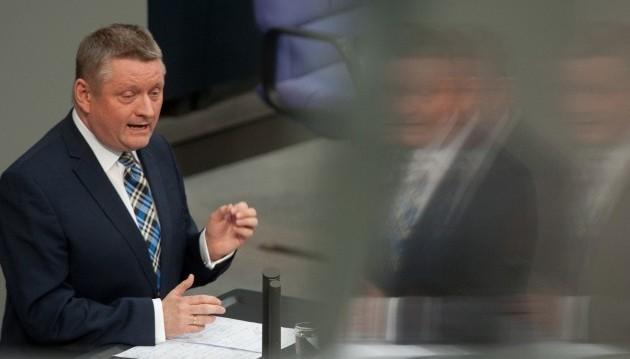 """Bundesgesundheitsminister Hermann Gröhe (CDU) bleibt dabei: Der Versandhandel mit verschreibungspflichtigen Arzneimitteln soll verboten werden. In einem Interview mit dem SWR sagte Gröhe, dass die Versandapotheken einen """"Kompromiss"""" gekippt hätten. Zur Sicherstellung einer guten, """"beratungsstarken"""" Apothekenversorgung sei das Rx-Versandverbot daher der richtige Schritt.(Bild: dpa)"""