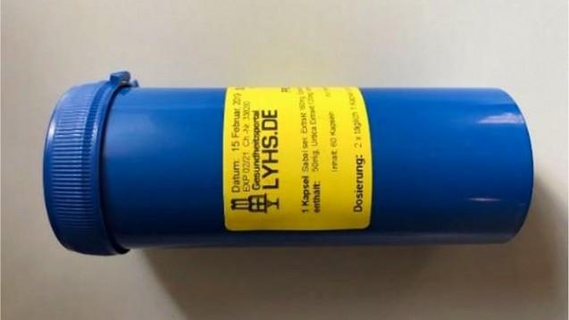 Defekturen aus der St. Martins-Apotheke wurden aufgrund einer fehlerhaften Dosierung der Inhaltsstoffe als gesundheitlich bedenklich eingestuft. Die Produkte wurden unter anderem in blauen Plastikdosen mit Deckel und gelber Etikettierung an den Verbraucher abgegeben. (c / Foto: Landratsamt Günzburg)