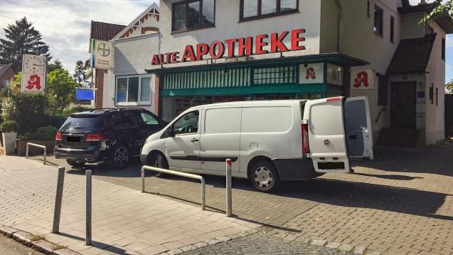 Parkplatz nicht mehr zugänglich: Der Parkplatz vor der Hamburger Alten Apotheke wurden zugebaut. (Foto: privat)